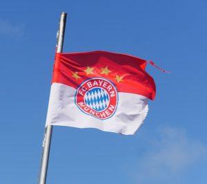 Anders als Schalke trägt Bayern vier Meistersterne.