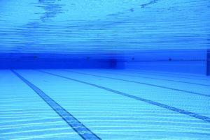 Das Wappen des S04 auf dem Grund eines Swimming-Pools.
