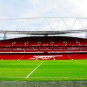 Im Emirates Stadium des FC Arsenal zeigte Kolasinac das Schalke-Shirt.