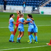 Frauen benötigen andere Trikots im Fußball.